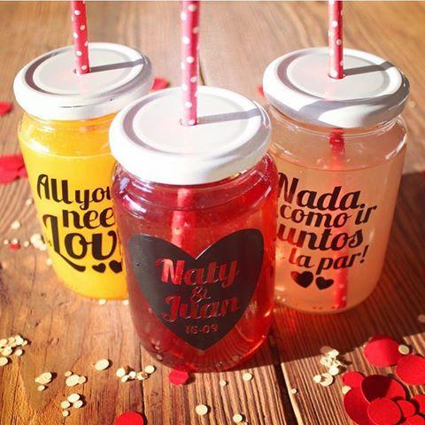 Ya tenés los vinilos personalizados de Monadas para decorar frascos o vasos en tu evento? Encargalos! Son lo más!   #monadas #eventos #fiesta #casamiento #boda #15años #cumpleaños #decoración #ideas #original #vinilos #frascos #vintage #love #party