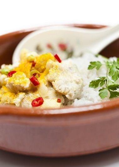 Recept Schelviscurry met witvis: Was de bloemkool en snijd er kleine roosjes van. Breng een pan water (eventueel een snelkookpan) met een snufje zout met de rijst en bloemkool aan de kook en kook ze in circa 15 minuten gaar. Schep de rijst en bloemkool in een schaal. Verhit 2 eetlepels olijfolie in een koekenpan en bak de vis aan beide kanten gaar en goudbruin; leg de vis in de schaal op de rijst:  lees meer op http://www.voetprintcooking.nl/recepten-met-vis/