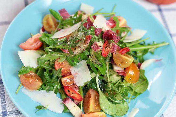 Zomerse salade met groene asperges, cherrytomaaten ei geserveerd met pasta (in de tas voor 4 dagen) www.aangenaamthuis.nl #food #bio #haarlem