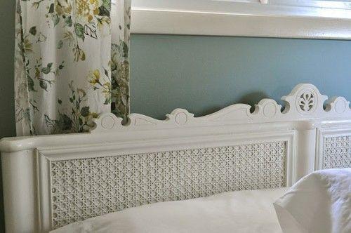 Du cannage au mètre, une agrafeuse, de la peinture blanche antique une vieille tête de lit ou une planche de bois à habillée, un peu de temps et la réalisation d'une belle tête de lit.