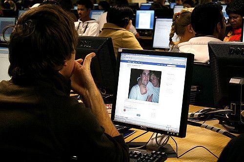 ¿Qué sientes después de entrar a Facebook? ¿Qué hábitos tienes al entrar a esta red social? ¿Aceptaste la invitación de amistad de tu ex? Un nuevo estudio acaba de publicar información al respecto.  Investigadores de la Universidad de Lancaster (en el Reino Unido) encontraron cuatro de los comportamientos