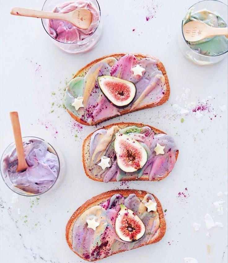 Rainbow vegan toast with figs @talinegabriel
