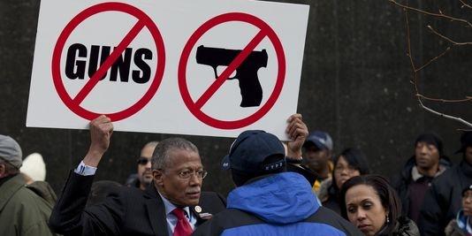 Le maire de New York finance une campagne contre les armes à feu