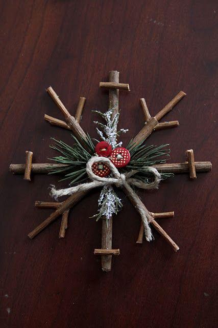 Estrellas de navidad con palitos, lazos y pino