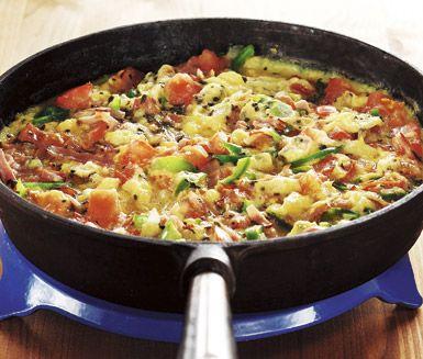 Detta recept går snabbt och enkelt att tillaga. Baskisk panna sprider en underbar doft av vitlök, tomat och basilika i köket. Servera direkt ur pannan med bröd.