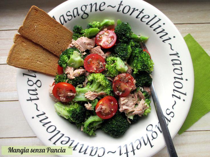 Una fresca e leggera insalata di broccoli e tonno con pomodorini da gustare sia a casa per un pasto veloce ma anche ideale per picnic e il pranzo al lavoro!