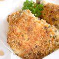 El pollo va empanizado en una mezcla de almendras, pan molido y perejil. Sabe delicioso y es light ya que no esta frito sino horneado.