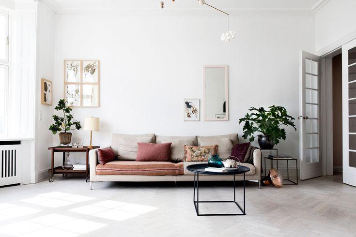 квартира в копенгагене, жилье дазайнера, скандинавский интерьер, белая квартира, старинная мебель из дерева