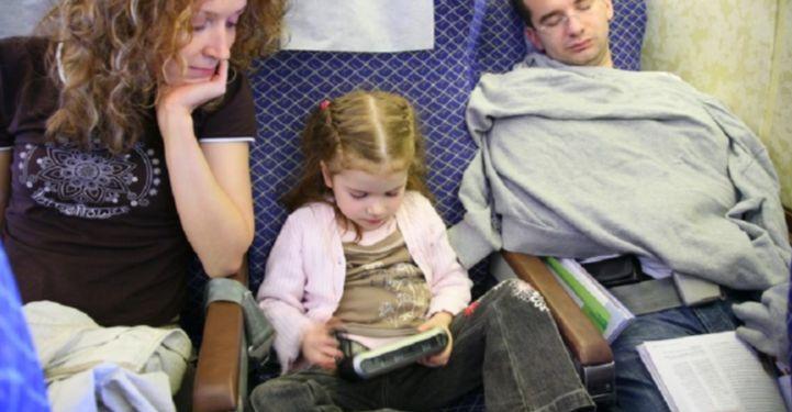 Ela deixou a filha pequena sozinha na classe econômica e foi se sentar na primeira classe – Dicas de Tudo