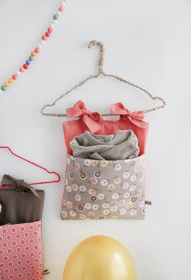 Crib pocket/Range-pyjama 'Seventies Flowers in Grey'. $31,20, via Etsy.