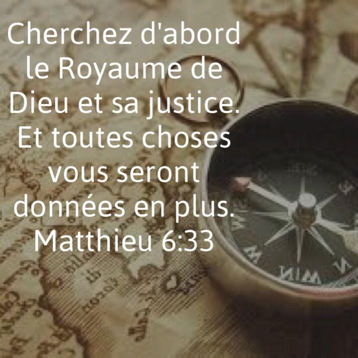 La Bible - Versets illustrés - Matthieu 6:33 - Paroles de Jésus  Ne vous inquiétez donc pas, en disant: Que mangerons-nous? Ou: Que boirons-nous? Ou: De quoi serons-nous vêtus? Car cela, ce sont les païens qui le recherchent. Or votre Père céleste sait que vous en avez besoin. Cherchez premièrement son royaume et sa justice, et tout cela vous sera donné par-dessus. Ne vous inquiétez donc pas du lendemain car le lendemain s'inquiétera de lui-même. A chaque jour suffit sa peine.