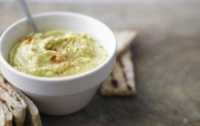 Hummus con avocado - Ricetta per preparare una gustosa variante dell'hummus, la crema di ceci di origine medio orientale,  perfetto da servire come antipasto o come stuzzichino assime a del pane arabo caldo