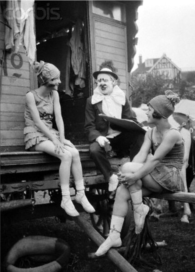 24 Cozy Snapshots of Circus Performers at the Backstage in the 1920s and '30s