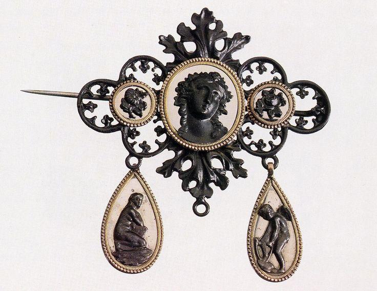 Spilla in ghisa; questi gioielli da lutto ebbero origine in Prussia alla morte della Regina Luisa e furono chiamati Luisen