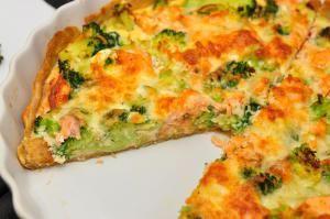 Ingredienser: Bund: – 50 g. rigtig smør – 120 g. hvedemel – 60 g. grahamsmel – 3 spk. vand – 1 æg Fyld: – 2 stk. laksefillet – 1 broccoli – 100 g.moz…
