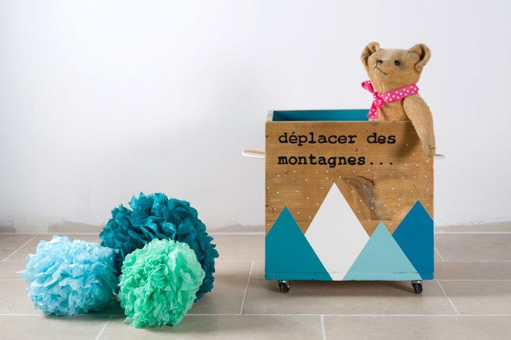 """PROMOTION - Caisse de rangement vintage """"Déplacer des montagnes"""" en bois sur roulettes, industrielle, rénovée en bleu : Meubles et rangements par rosebap"""