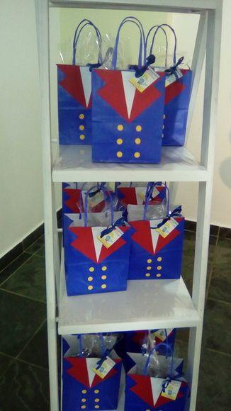 Sacolinha para festa do pequeno principe ideal para guardar os doces ou lembranças dos convidados da sua festa. Feita e decorada em papel resistente 180gr medindo em torno de 14 x17 cm.