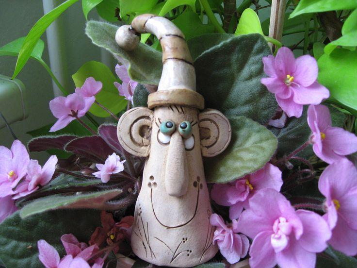 """Přátelníček """"Janek"""" Přátelníček """"Janek""""- malá keramická figurka s glazovanou čepičkou. Možno darovat pro štěstí, na památku na setkání,dáreček pro nové kamarády, nebo umístit do květináče jako dekoraci, poslouží i jako prstový maňásek. výška 13 cm"""