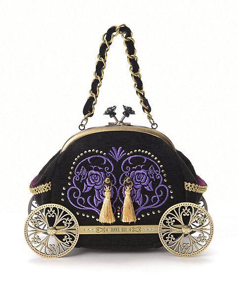 ANNA SUI パーティに向かう馬車をデザインしたというロマンティックなデザインのがまぐちバッグ。車輪部分の金具や刺繍など細部までこだわったインテリアにもなりそうなハンドバッグです。アナ スイらしいカラーやがまぐちディティールがブランドファンにはたまらない一品です。