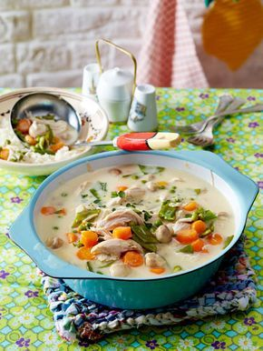 Leckeres Hühnerfrikassee mit Gemüse und Reis.