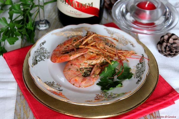 Gamberoni marinati al vino bianco cotti al forno. Secondo piatto a base di pesce per Natale o Capodanno
