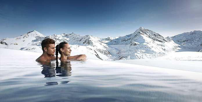 Wellness in Kühtai: Vanuit de 100 meter lange Endless Infinity Pool heb je prachtig zicht op de bergen.