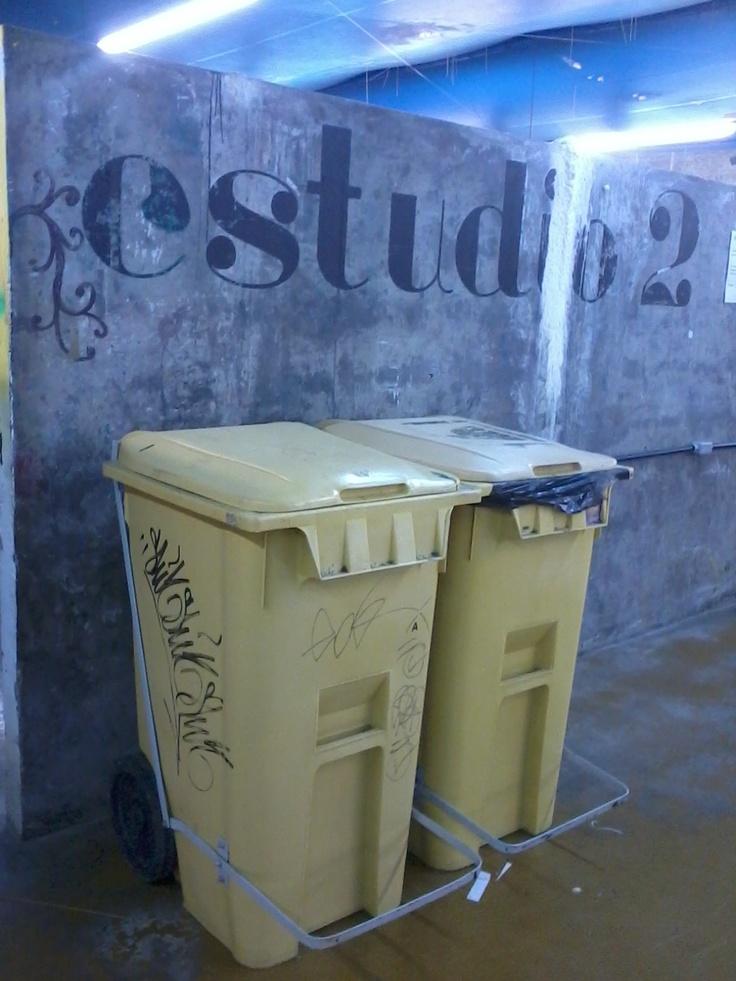 Sinalização do Estúdio 2, gravada com stencil sob o concreto da parede.