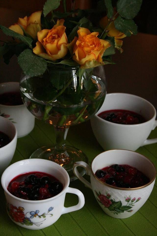 Pannacottaa ja sitrusmarinoituja marjoja kahvikupeista tarjoiltuna.