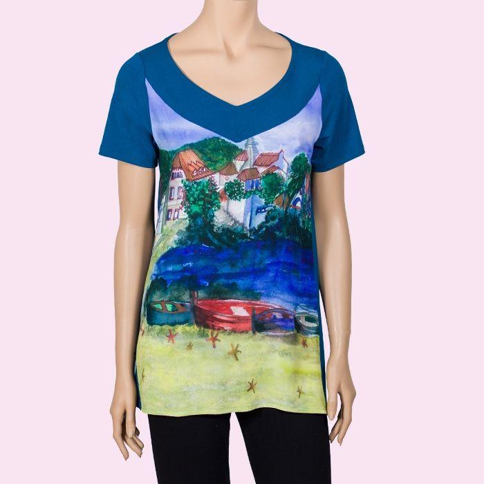 Camiseta de manga corta estampada con una acuarela representando el pueblo de Cadaquès.