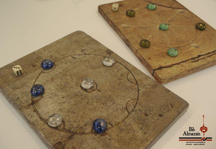 Tableros del juego del molino circular romano. Se trata de dos ejemplares de la ciudad de Leptis Magna tallados en losas de calzadas y que hemos adaptado a tableros de madera para que podáis jugar en cualquier lugar.