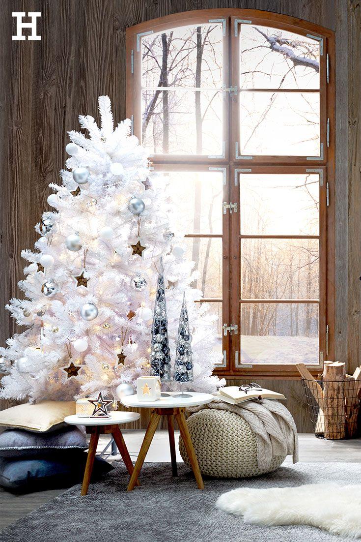 Hier möchten wir bleiben: Verschneit in einer Hütte mit einer heißen Schokolade in der Hand. Der weiße Weihnachtsbaum zusammen mit den Holzmöbeln wirkt charmant weihnachtlich. #weihnachten #weihnachtsbaum