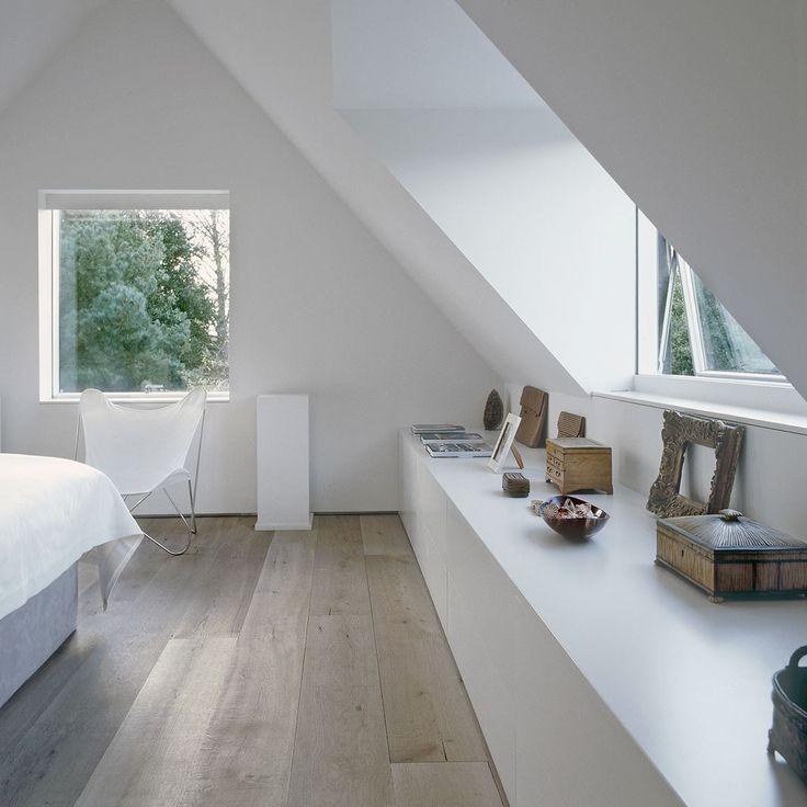 Moderno e antico insieme in una casa inglese del 1500 su due livelli. La zona notte in mansarda è particolarmente calda e romantica.