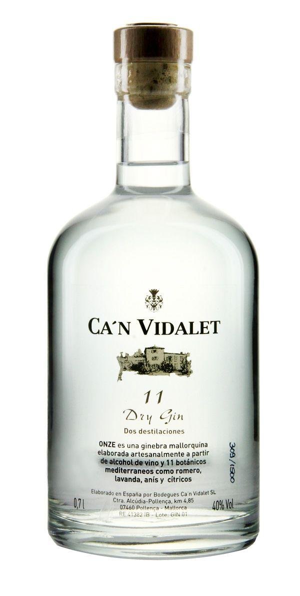 """Can Vidalet Onze Dry Gin - Mit 11 (Onze) präsentiert Ca'n Vidalet Mallorcas ersten Gin und beweist, dass man auf Mallorca diese Schnaps-Delikatesse brennen kann. Die Elf steht für die Anzahl der mediterranen Kräuter, aus denen dieser Gin destilliert wurde. Ob mit Tonic, als Martini oder fast pur """"on the rocks"""" genossen, lässt Onze auch alt bekannte Drinks in einem ganz neuen - sonnigen - Licht erscheinen. #spirit #schnaps #snaps #drink"""