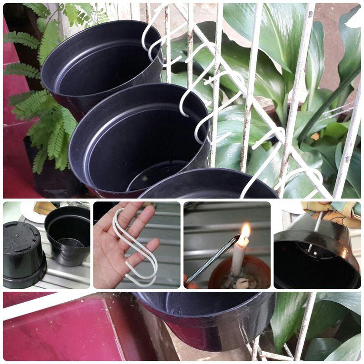 Gak ada tempat buat nyimpen pot kembang gegara teras rumah sempit    Manfaatkan pagarnya!!