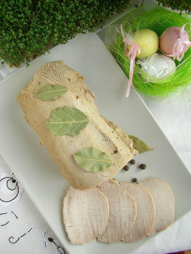 Pyszny schab, który świetnie sprawdzi się jako dodatek do obiadu lub na kanapki. Jest soczysty i bardzo kruchy.
