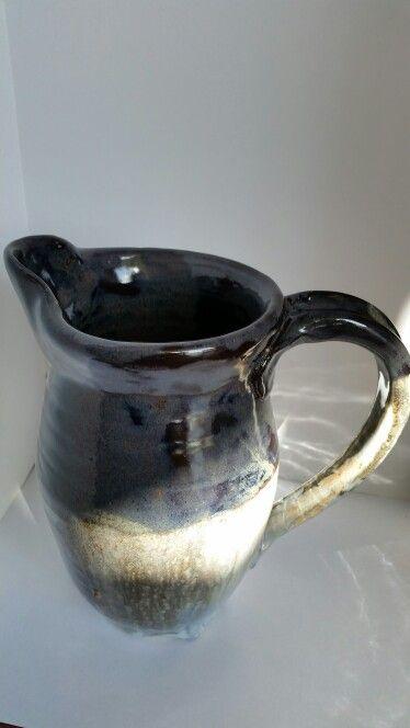 Pitcher, provando glazes negro con oxido de cobalto , cobre y maganeso., sobre esmalte blanco con oxido de Estaño salpicado con azul de oxudo de cobalto y Rosado con Oxido de Cromo y Oxido de estaño. Base con Kaolin, Borato Gerstley, y Silice. Cono 5 en Oxidacion.