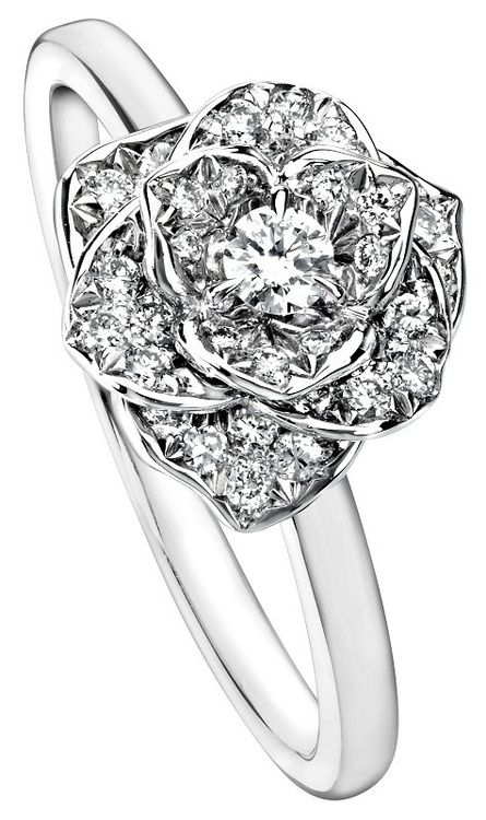 Piaget Rose ring in 18K white gold set with 36 brilliant-cut diamonds