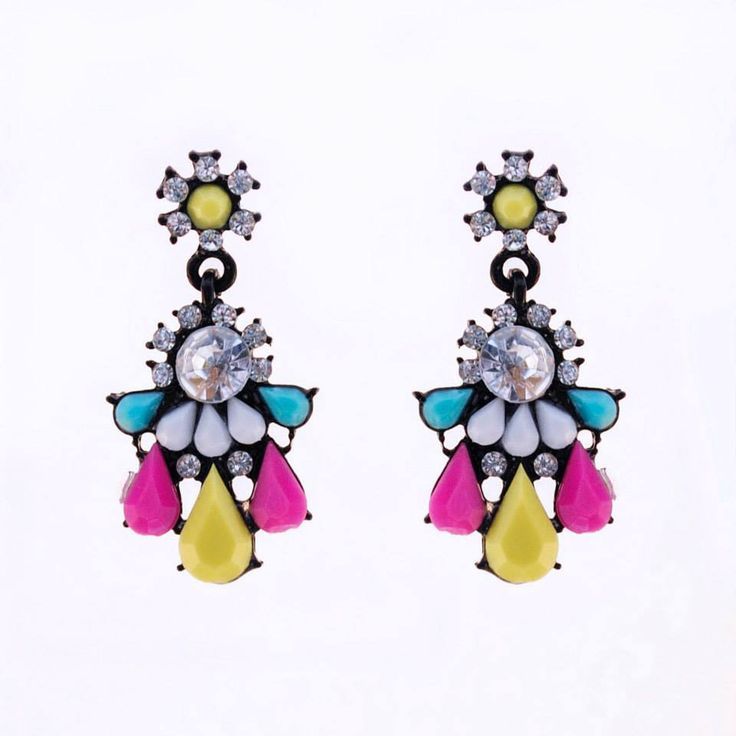 Playful neon resin earrings add a splash of colour to your look!  Colour: Black/Yellow/Pink/Blue/White. Material: Metal alloy/Resin/Crystal. Length: 4.5 cm. Price: €7.00