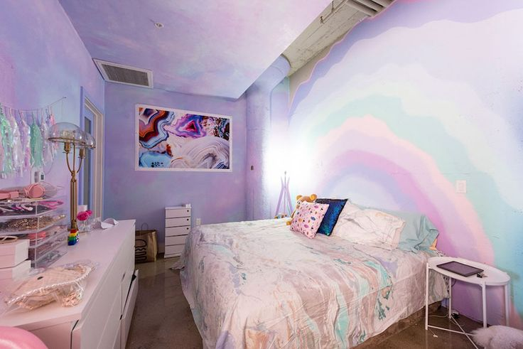 A designer Amina Mucciolo vive em um mundo colorido. O apartamento onde ela mora é a prova disso, e até um unicórnio vai sentir inveja.