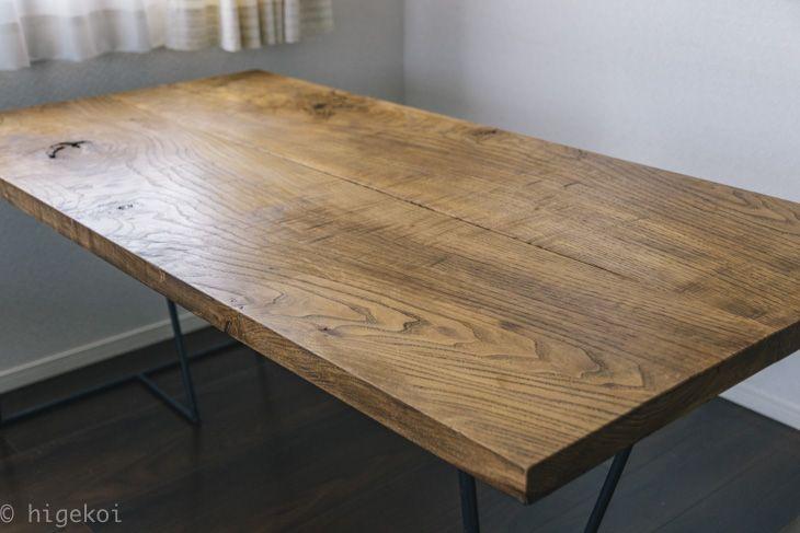 ダイニングテーブルの天板を再塗装(リメイク)しました。塗装次第で木材は全然違う印象に見えます。 いろんな風合いを楽しんでみてはいかがでしょうか。
