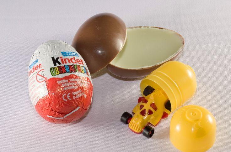 Sur cette photo est bien décrit la décomposition du packaging du produit Kinder Surprise avec d'abord le packaging primaire qui recouvre simplement le chocolat qui lui même renferme un second produit complémentaire (la surprise/le jeu) caché dans une capsule jaune.