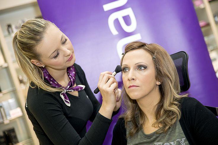 O profesionálny make-up sa postarala ambasádorka značky Yves Saint Laurent Klaudia Kolenčíková z parfumérií Marionnaud v Poluse.  Práve dymové, sivasté odtiene na oči a rúže v červených tónoch sú teraz novými trendami od značky Yves Sain Laurent a  Silvii sa hodili k celkovému dotvoreniu looku i k novej farbe vlasov.
