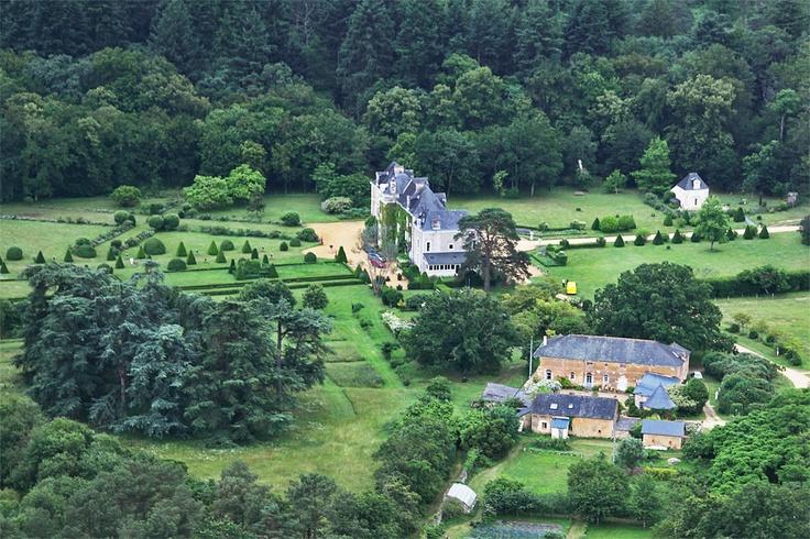 Les gite du #chateau de Chambiers et ses #jardins vus du ciel ! #Anjou #douceurangevine #castle  http://www.chateauchambiers.com/gites-cottages-angers-maison-hotes-loire/