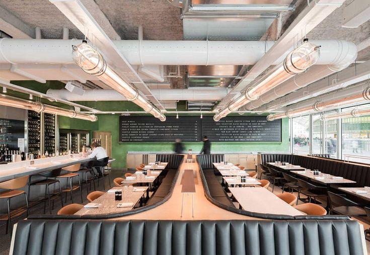 Divani in pelle trapuntata nera e un grande tabellone a palette sono i protagonisti di lo Champeaux, la brasserie dello chef Alain Ducasse nel cuore del mercato di Les Halles