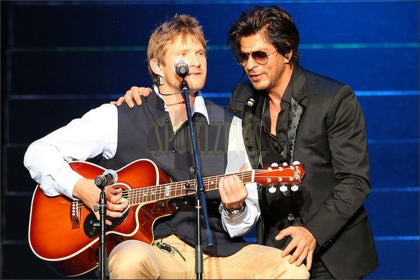 Embedded image permalink-Shah Rukh Khan and Shane Watson on stage at IPL 2014 Gala.