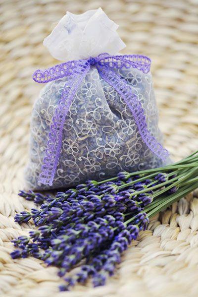 Lavendel voor zakjes. Oogst de lavendel op een droge, zonnige dag, het liefst vroeg in de ochtend of tegen de avond. Haal de bloempjes van de stelen en leg ze te drogen op een schaal in een goed geventileerde kamer. Als ze helemaal droog zijn, maak je de bloempjes makkelijk los en fijn door ze zachtjes tussen je vingers te wrijven. Ruikt heerlijk.
