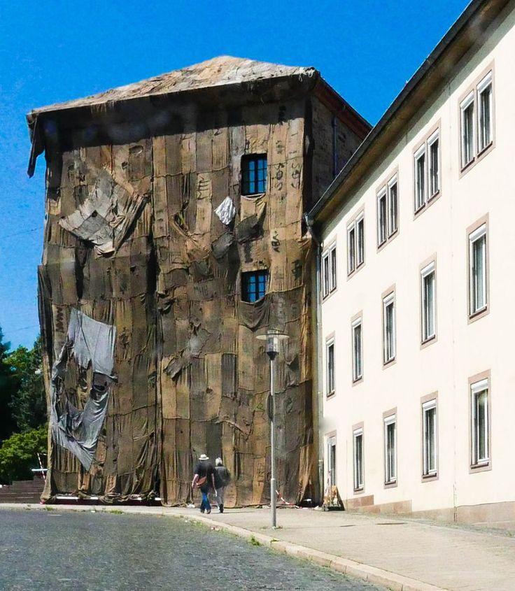 Kassel, Wilhelmshöher Allee, die beiden historischen Torwachen-Gebäude werden vom Künstler Ibrahim Mahama aus Ghana mit Jutesäcken verhüllt.