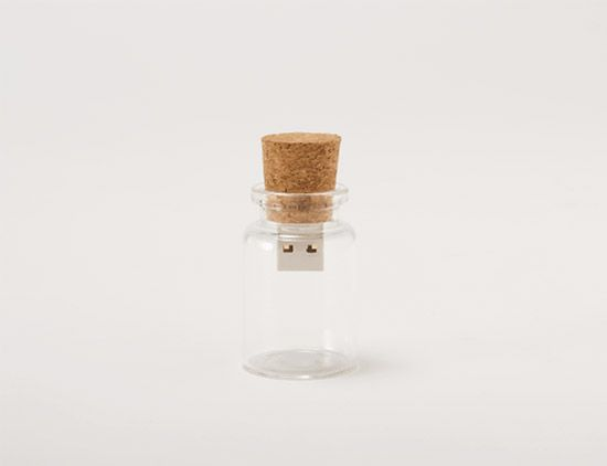 """blank"" - A USB drive as message in a bottle: Usb Flash Driving, Crazy Products, Usb Drive, Corks Usb, Bottle Usb, Usb Memories, Blank Usb Driving From Hum, Hum Blank, Creative Usb"