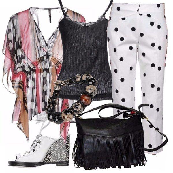 Con i pois ci si può divertire tanto! Scegliamo una camicia trasparente, canotta nera da tenere sotto, pantaloni bianchi a pois neri, sandali con zeppa bianchi e borsetta con le frange. Un look da indossare dalla mattina alla sera.