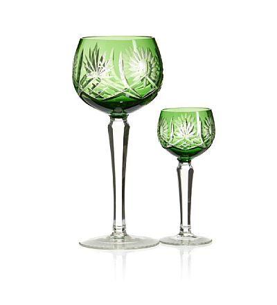 VIN- OG SHERRYGLASS  Trolig Bøhmen. 1900-tallet. Grønne klokker med skjærslepet dekor.   8 vinglass, det ene med noe ulik dekor i klokken (H: 19) 12 sherryglass (H: 12)